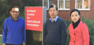 Dr Guoyan Pan and Associate Professor Yangong Du, China are visiting scientists to the Graham Centre working with Dr De Li Lu during 2015.